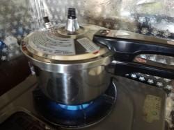鶏ガラを90分煮る