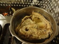 夜、圧力鍋の蓋をあけて鶏ガラをみてみる