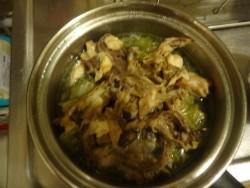 鶏ガラを入れて犬のごはんを作る