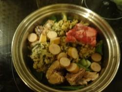 鍋に野菜や肉・魚を入れて元気ごはんと煮込む